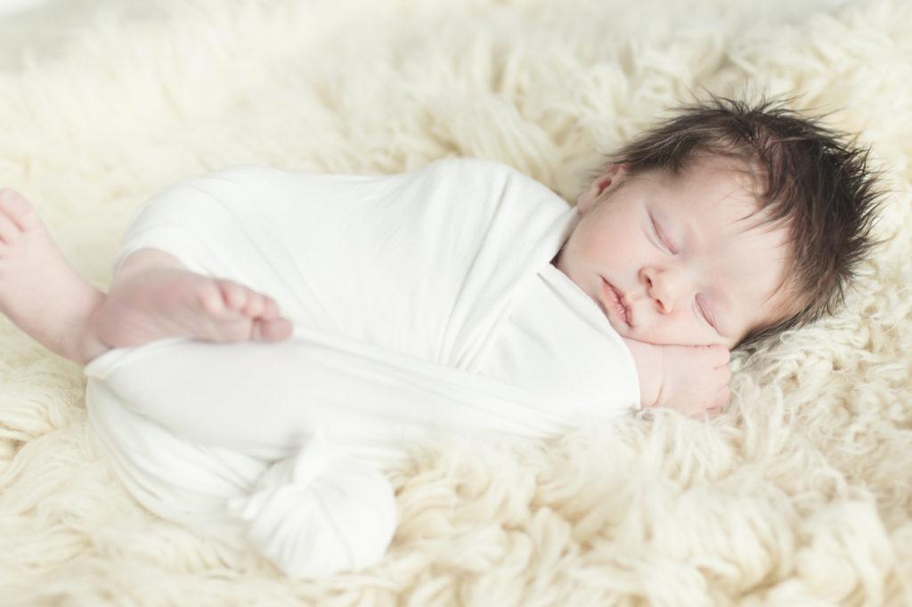 Bébé dort sur le flokati