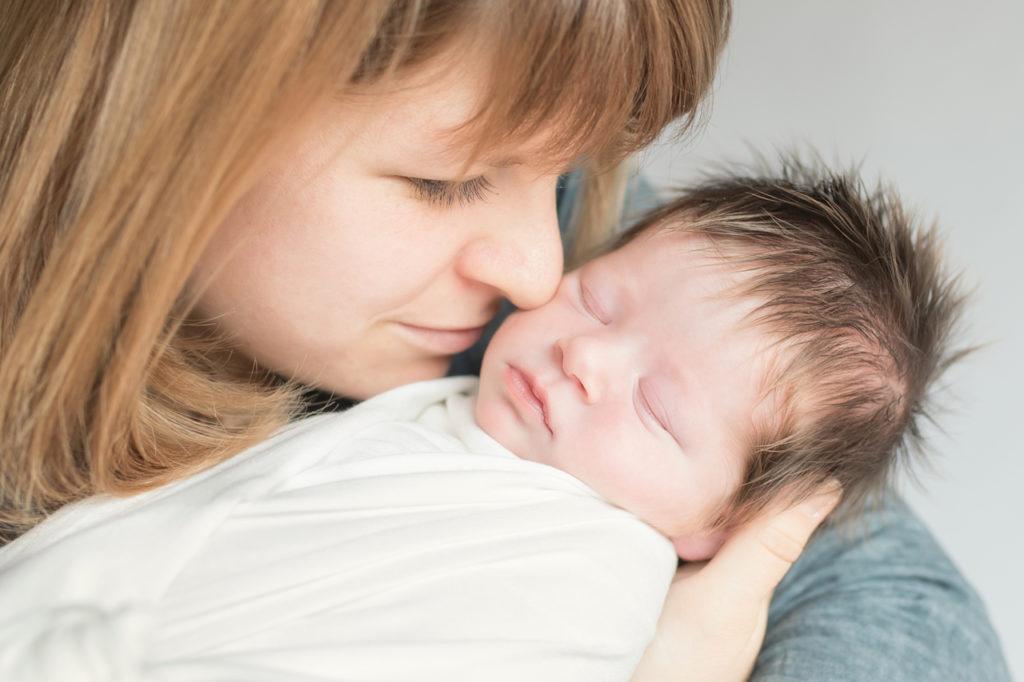 Nouveau-né dans les bras de maman