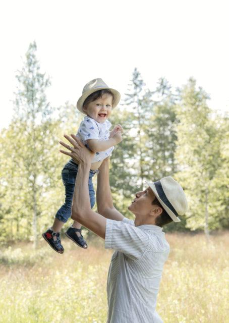 bébé dans les bras de papa extérieur