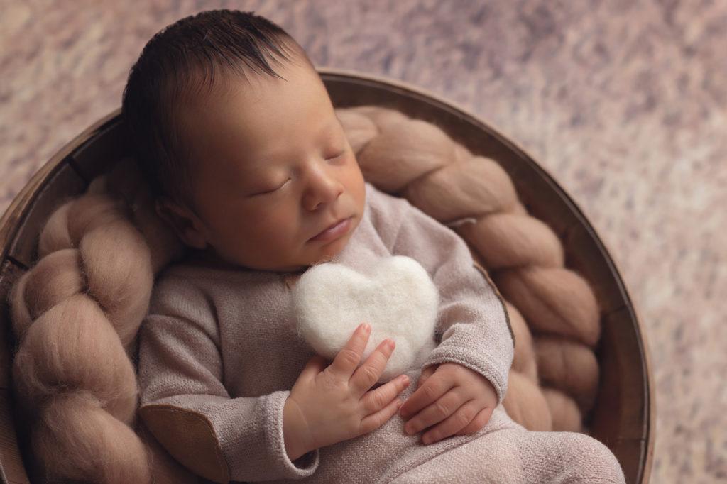 Nouveau-né avec un coeur