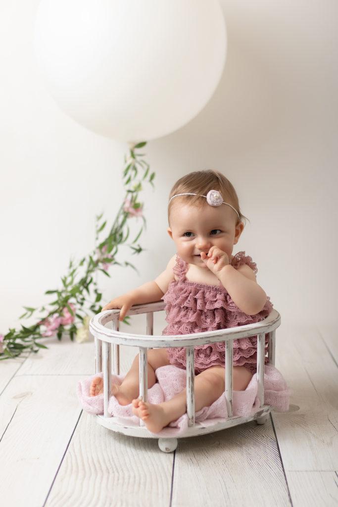 bébé tient assis